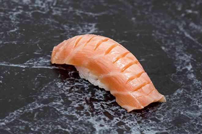 Sushi de Salmão Maçaricado c/ Azeite Trufado